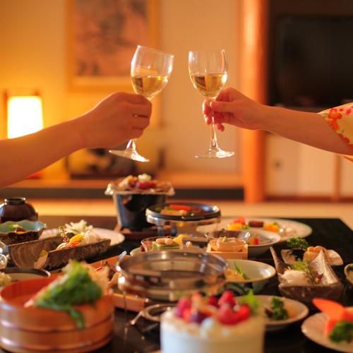 当旅館は全お料理コース、お部屋食でご用意いたします。気兼ねなく、どうぞごゆるりと。