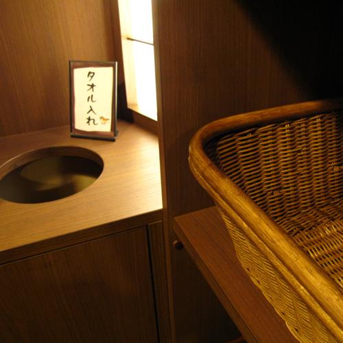 【すずめの湯・女性脱衣室】使用済みのタオルはこちらへどうぞ。かわいいすずめが誘導してくれます。