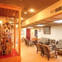 【ロビー】飛騨の家具のソファを配置した落ち着きのある空間。手前は、高山祭りに登場する屋台の模型です。