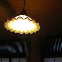 【すずめの湯・女性脱衣室】パウダーコーナー上のレトロなペンダントライト。