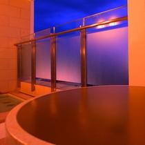 姉妹館アルピナのつぼ湯は自家源泉100%のかけ流し。夜風を感じながらほっこりと。