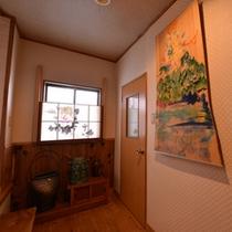 *廊下に掛かる一枚の画。館内にはいくつかの画が掛けられておりギャラリーのように楽しめます。