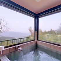 *展望風呂/見晴らしのいいロケーション。昼は大自然、夜は夜景を見ながらゆっくりおくつろぎいただけます。