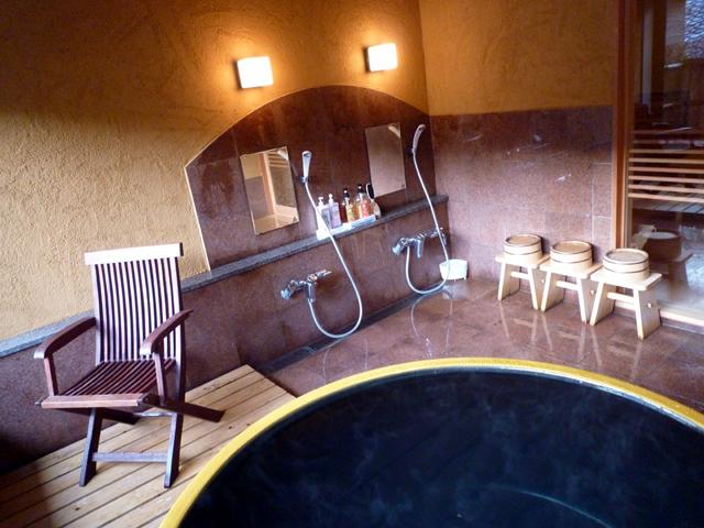 陶器風呂『月』1650円/お子様連れの方も入って頂ける少し広めの貸切風呂です。こちらも城崎の温泉です