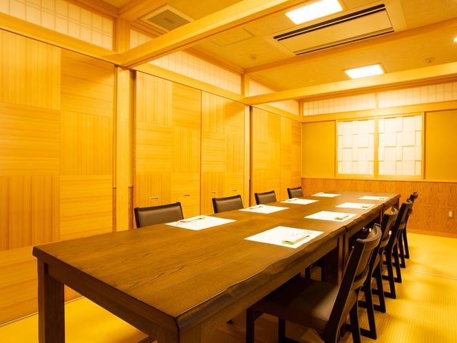 お食事処は個室です。座敷席、テーブル席がございます。お席の指定は承っておりませんのでご了承ください。