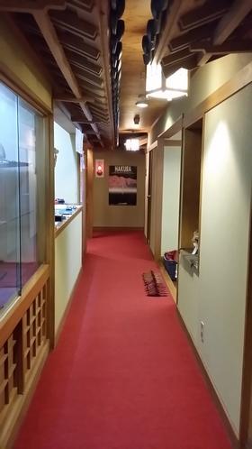 玄関やフロントにつながる廊下