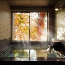 貸切風呂【岩燕の湯】紅葉時期木漏れ日