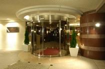 【ホテル玄関】大通りからは少し入ったところにありますので、静かでごゆっくりおくつろぎ頂けます。