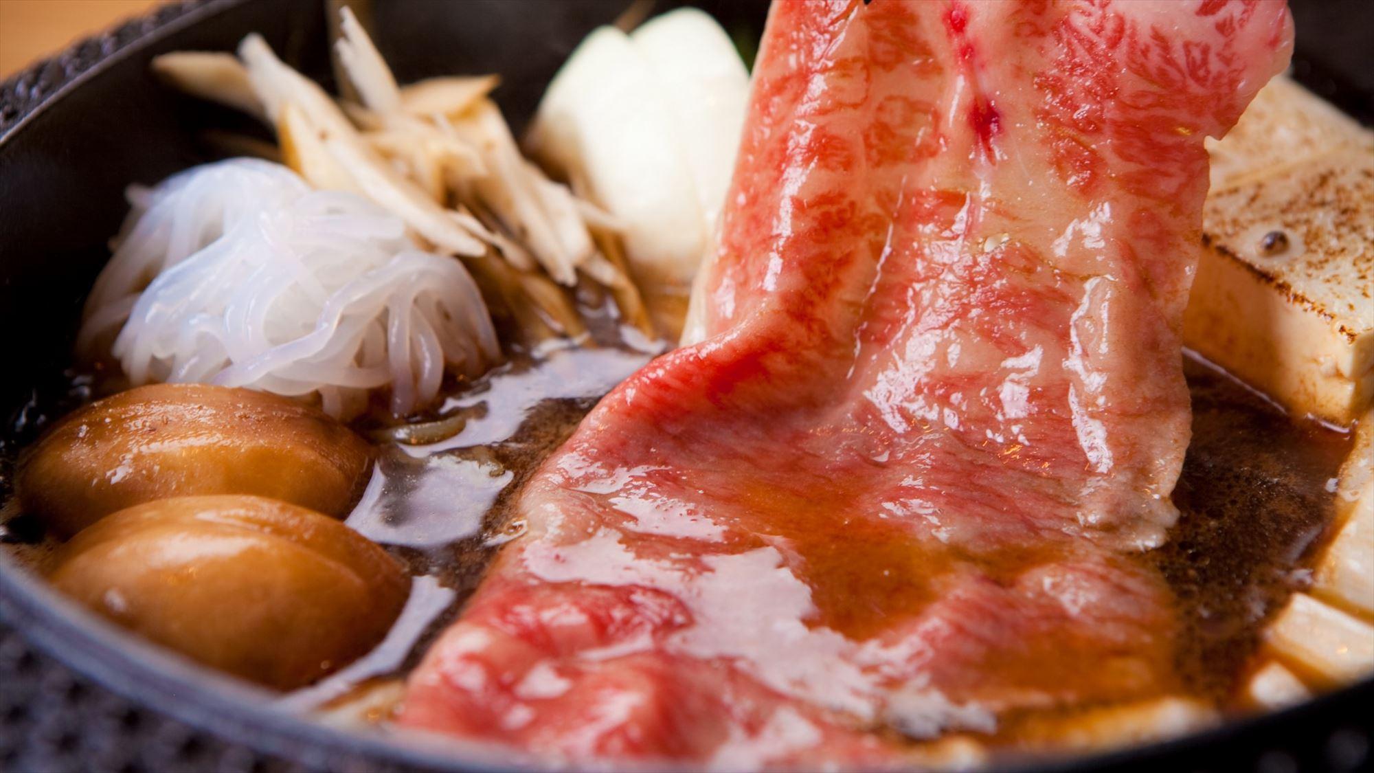 【すき焼き】濃厚な割り下と絡まって、口の中でトロける上質和牛は、まさに絶品