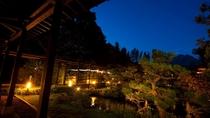 瑠璃色の空に映える庭園 大池にかかる回廊を望む