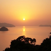 *【夕陽】水平線の向こうに沈む夕陽…美しい風景をお楽しみ下さい。
