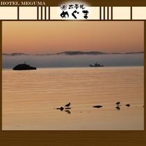 【朝霧】 〜朝方になると、海にかかる霧。何とも幻想的な景色です〜