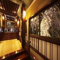 窓からの夜桜