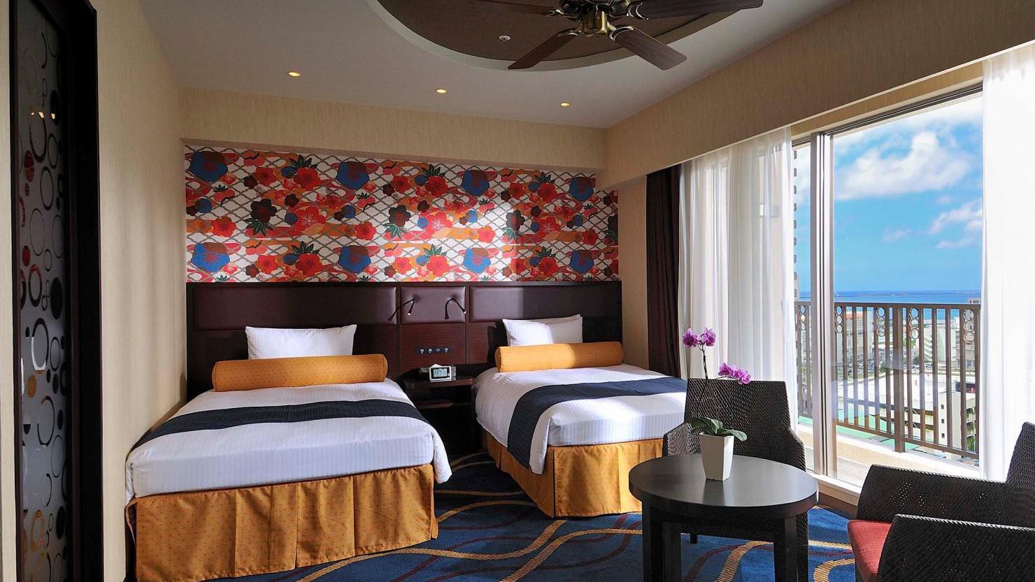 客室は海、波、花、太陽など沖縄の自然をモチーフに。 スーペリアツイン(36.7平米)