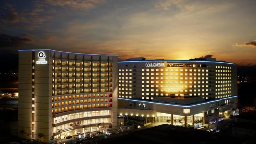 3館ホテル外観 沖縄の夜景にやさしく包まれて…。