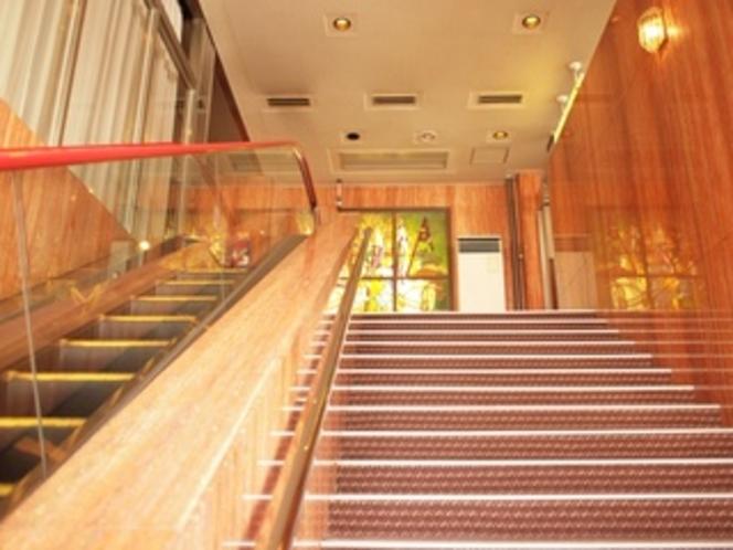 エスカレーター、階段で2階へ上がるとフロントです