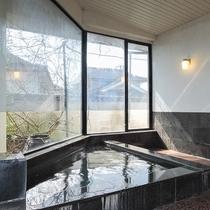 【男湯浴室】温泉ではありませんが、旅館ならではの広めの浴槽にゆっくり疲れを癒してください。