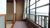 *【広縁】眺めがよく、窓から明るい光が差し込みます。