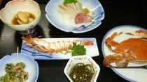 【お食事】野草の天ぷら、焼き魚、お刺身など。その日によってメニューを変えておだししています。