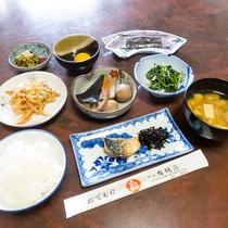 【朝食】ボリューム万点の和定食。たくさん食べて、いってらっしゃい!