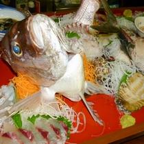 豪華な夕食でおもてなし!一年を通して四季の魚が楽しめます。※夕食一例