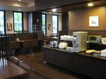 朝食バイキング 味噌汁サーバー、パン、コーヒー、ジュース