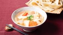 【前橋限定メニュー】煮ぼうとうとも呼ばれる幅広い生麺を醤油や味噌ベースの汁で煮込んだ郷土料理です。