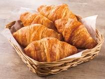 バターの香りと食感が人気のクロワッサン。トースターで温めるとより芳ばしい香りが漂います。