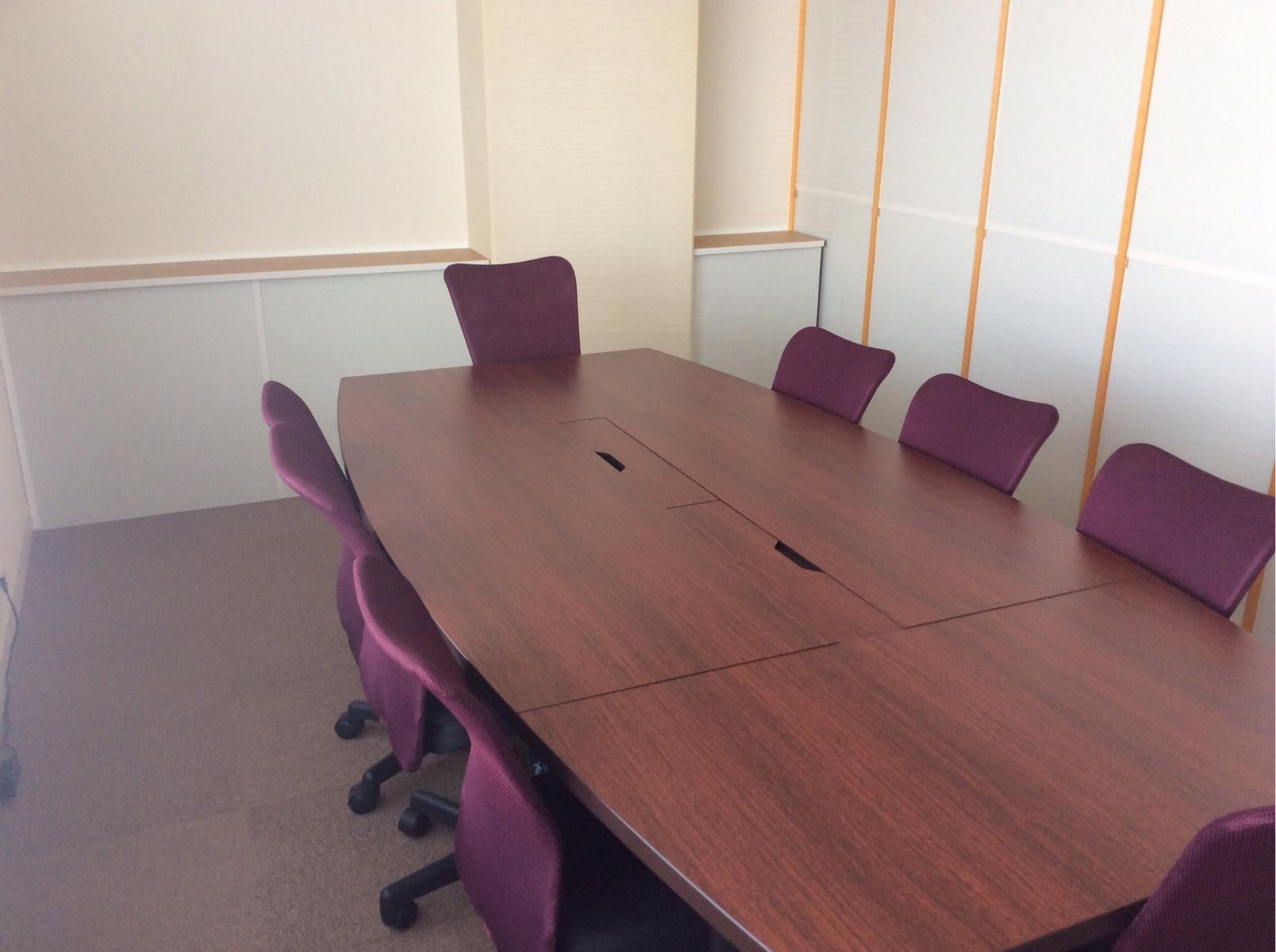 少人数での打ち合わせでご利用頂いているミーティングルームです。最大8名様までご利用ができます。