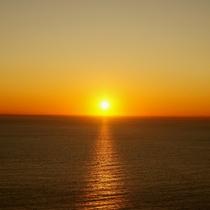 *【周辺】水面に美しく揺れる夕陽が湖を茜色に照らします。