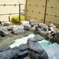 *【露天風呂】朝の木漏れ日と天然温泉でゆったりリラックス。