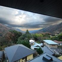 *【お部屋からの景観】天気の良い日には遠くの山々まで抜けた眺望をおたのしみいただけます。