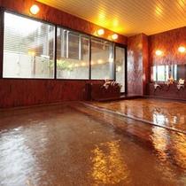 *【内湯】湯量豊富な天然温泉に浸かり、日頃のお疲れをおとり下さい。