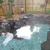 *【露天風呂】アルカリ性単純温泉で、美肌の湯としても知られています。