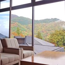 *【館内施設/ロビー】(紅葉シーズン)大きな窓から箱根の山々を望めます。