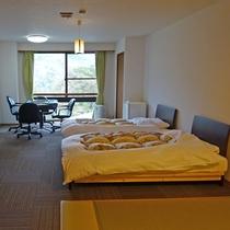 *【客室一例/麻雀卓完備(210号室・和洋室)】広々とした和洋室に雀卓を完備しております。