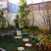 *【HOTELこころ.くらの庭】お部屋からはプライベートガーデンが眺められます