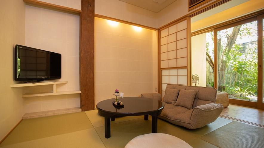 *【Room2・和室】1階は庭の見える和室。手足を伸ばしてお寛ぎください