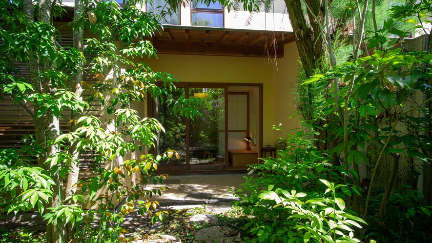 *【Room2・中庭】庭師が整えたお庭