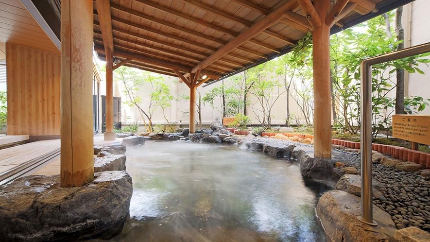 ◇【2F大浴場:露天風呂】当館の広い露天風呂でゆっくりくつろぎ。
