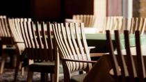 ◇ダイニングの椅子は、デザインや素材、腰を下ろした際の質感に拘ったKARIMOKUを採用