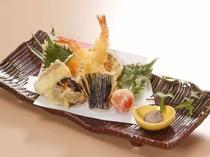 【天婦羅盛合せ@¥2,160税込】季節の食材を使用した旬の天婦羅の盛合せ。