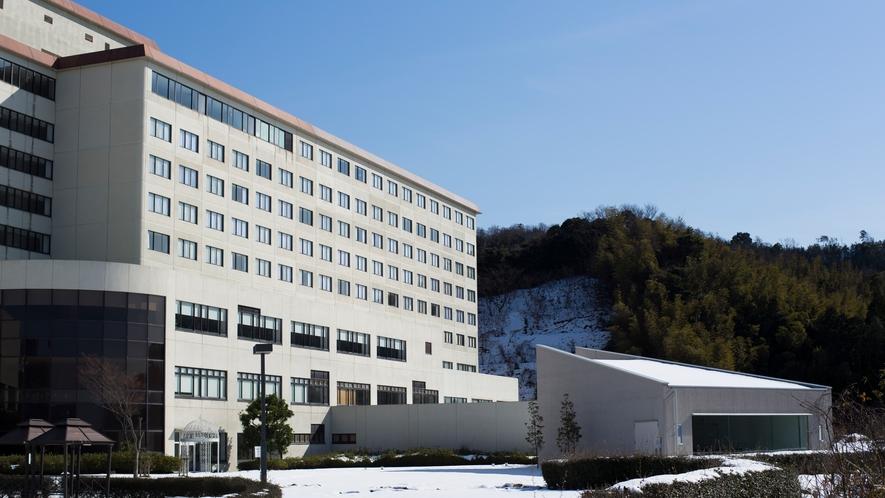 外観/ホテル外観。雪景色とガーデンプールのコントラストも美しい冬のホテル一例。