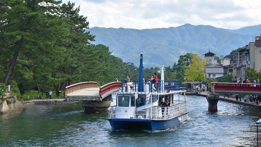 天橋立/観光船。宮津湾を往来する観光船は、観光に欠かせない宮津の風物詩です。