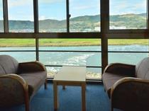 広縁から筑後川を眺める客室