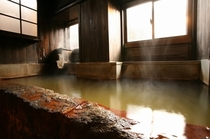 切石造りの【壱の湯