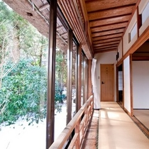 【竹の間】畳敷き縁側は、風情もあると大好評。室外をぐるりと見渡して頂ける造りとなっております。
