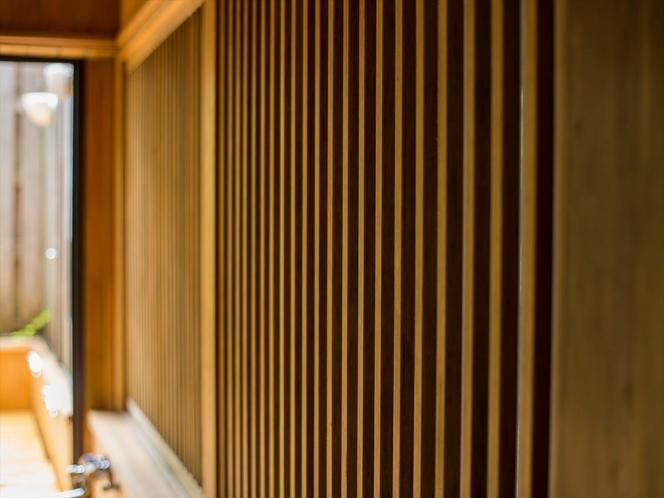 木造建築らしい温かみを感じる館内