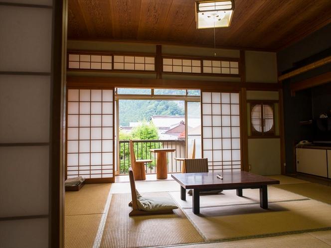 庭に面した客室や温泉街を眺められる和室など様々