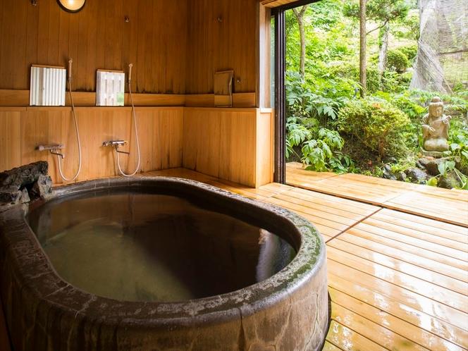 刻々と表情を変える景色を眺めながら湯浴みを
